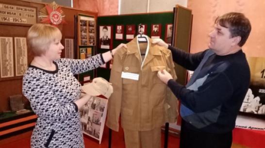 Жители репьевского села Краснолипье подарили музею газеты времен ВОВ и военную форму