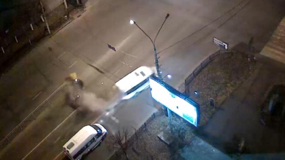 В сети появилось ВИДЕО ДТП с микроавтобусом и Hyundai в Воронеже