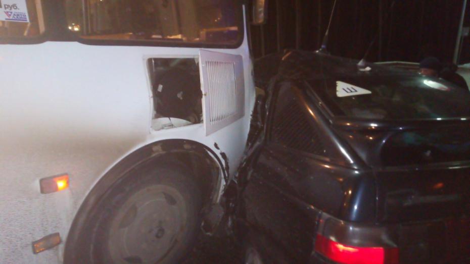 В Воронеже легковушка столкнулась с маршруткой: 6 пострадавших