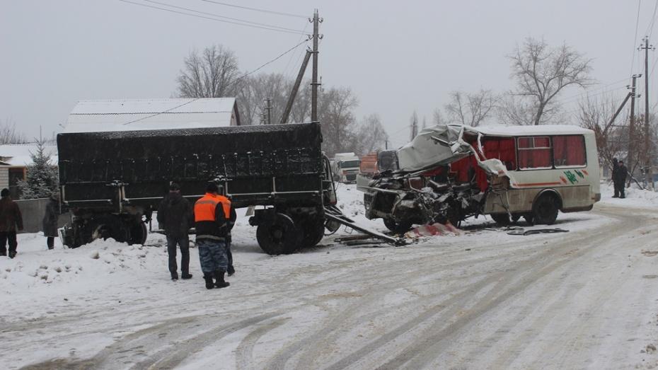 ВВоронежской области встолкновении «КамАЗа» иавтобуса ритуальных услуг умер мужчина