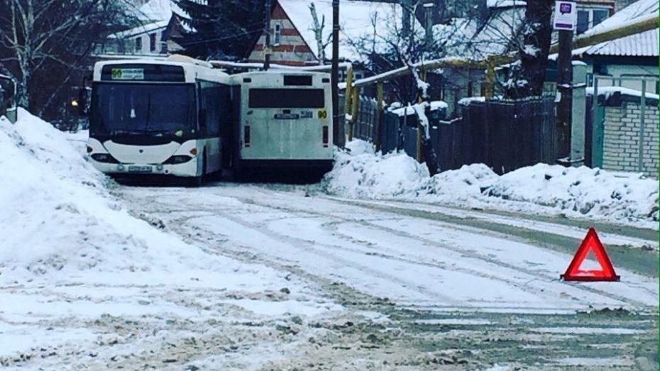 ВСомово два 90-х автобуса, столкнувшись, перекрыли движение