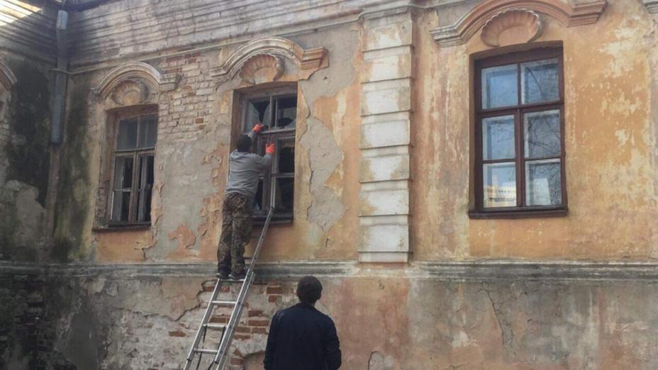 В самом старом здании Воронежа заколотили окна и двери
