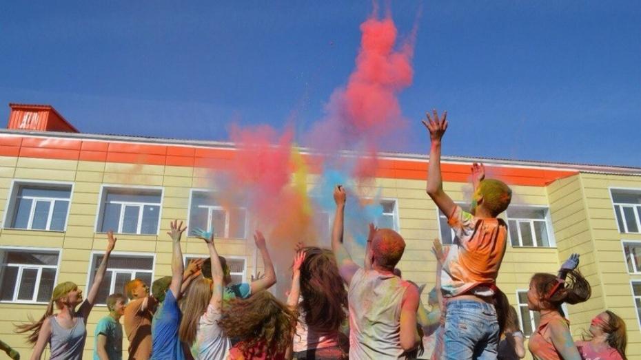 Хохольские школьники накануне Последнего звонка обсыпали друг друга красками Холи