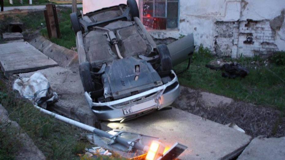 В Ольховатке Daewoo Nexia врезалась в дорожный знак и перевернулась