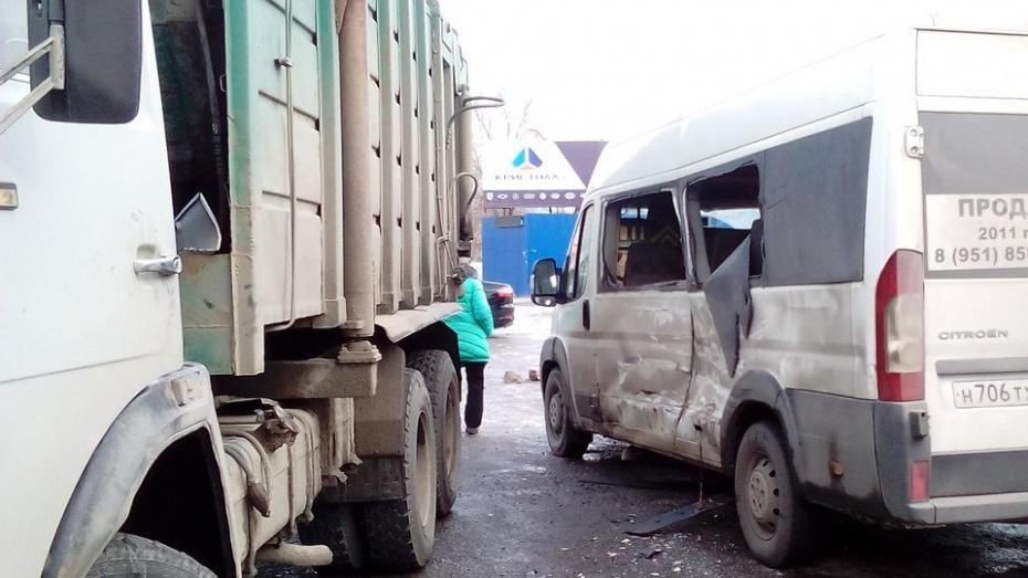 ВВоронеже мусоровоз врезался вмаршрутку: пострадала пассажирка