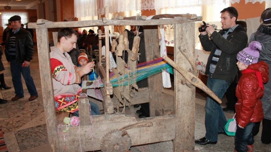 Единственный в Петропавловском районе мужчина-библиотекарь собрал ткацкий станок 16-17 веков