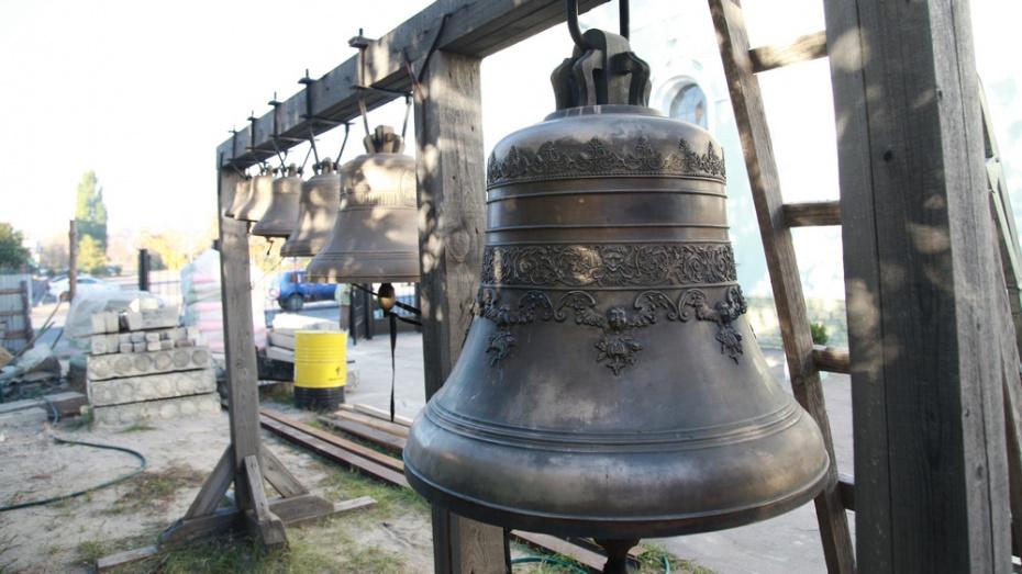В Острогожске на колокольне духовно-просветительского центра установили 6 колоколов