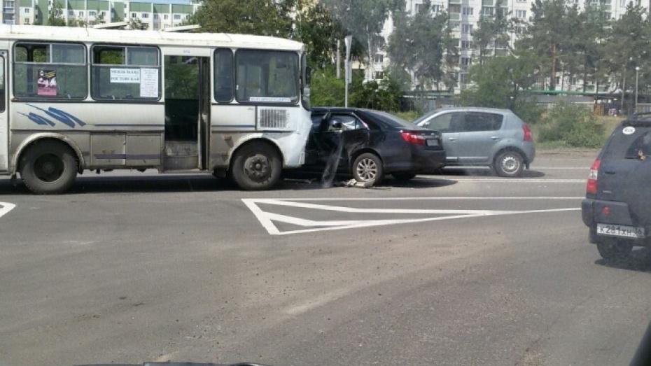 В Воронеже у нового железнодорожного переезда на Машмете столкнулись 3 машины