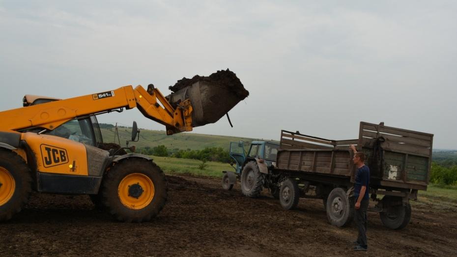 Нижнедевицкие аграрии приступили к внесению органических удобрений