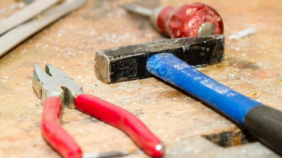 Недовольный шумом ремонта воронежец порезал ножом своего соседа