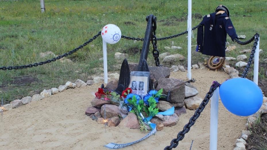 В таловском поселке Березовка установили памятный знак морякам