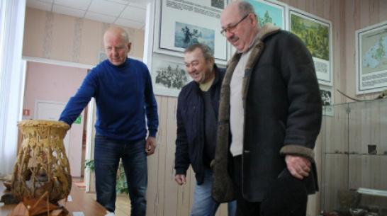 В Аннинском краеведческом музее открыли выставку работ местного резчика по дереву