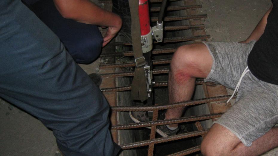 Спасатели вызволили из ливневки застрявшего воронежца