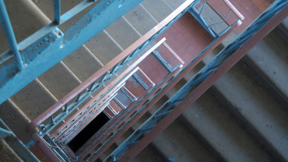 Жилинспекция обязала воронежскую УК сделать уборку в подъезде дома