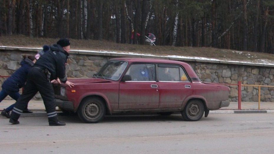 Воронежские госавтоинспекторы руками остановили машину без тормозов