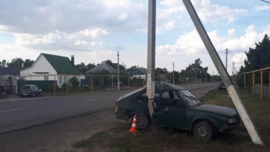 В Воронежской области пьяный водитель въехал в столб: пострадали 2 человека