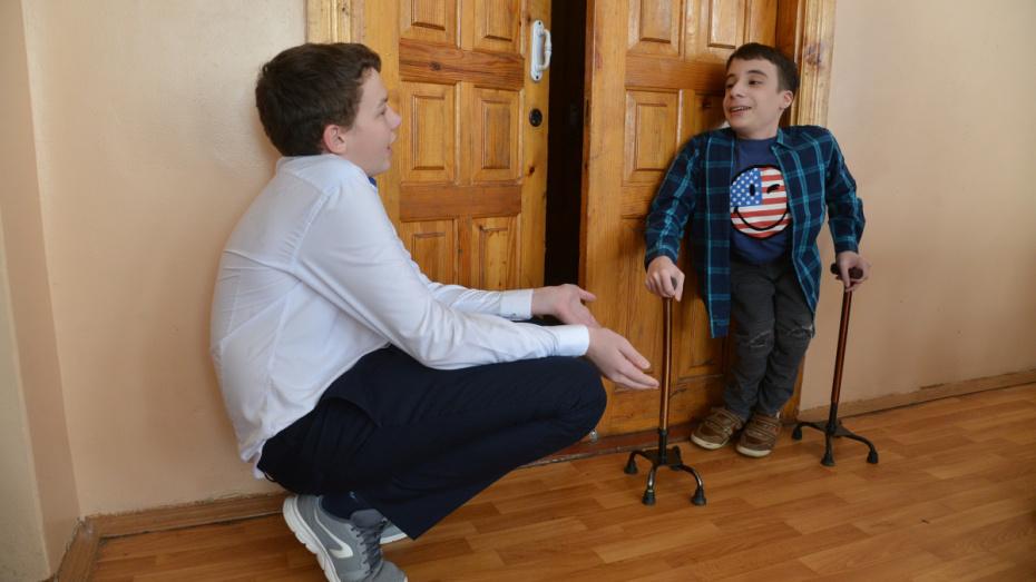 «Он наш друг!». Как воронежские школьники взяли шефство над одноклассником c инвалидностью