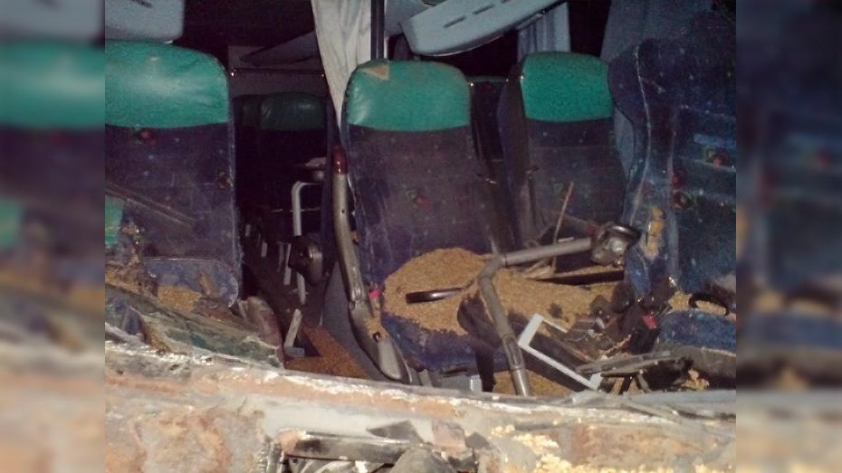 В Богучарском районе автобус Neoplan врезался в КамАЗ с прицепом