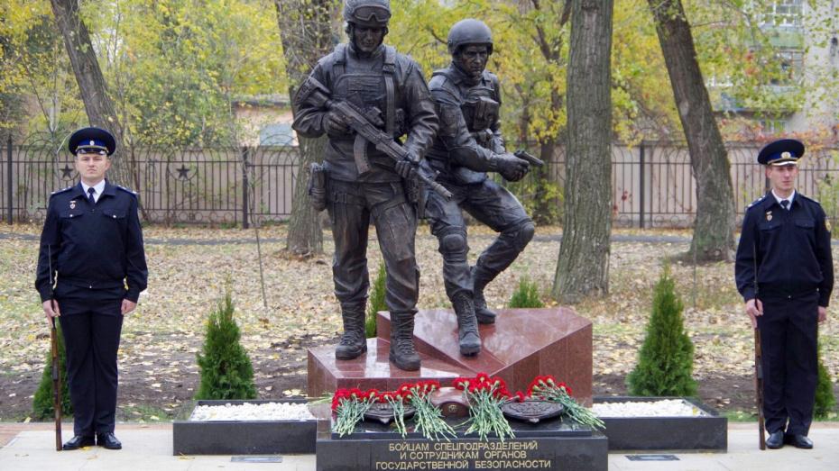 В Воронеже открыли бронзовый мемориал погибшим бойцам спецназа