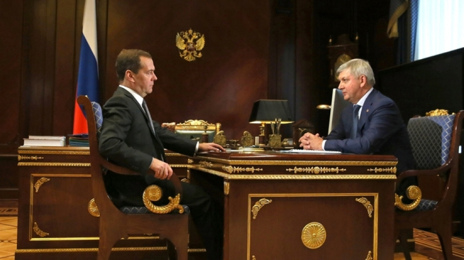 Александр Гусев и Дмитрий Медведев обсудили строительство школ в Воронежской области