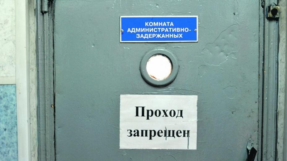Воронежский полицейский избил человека за отказ дать телефон для проверки