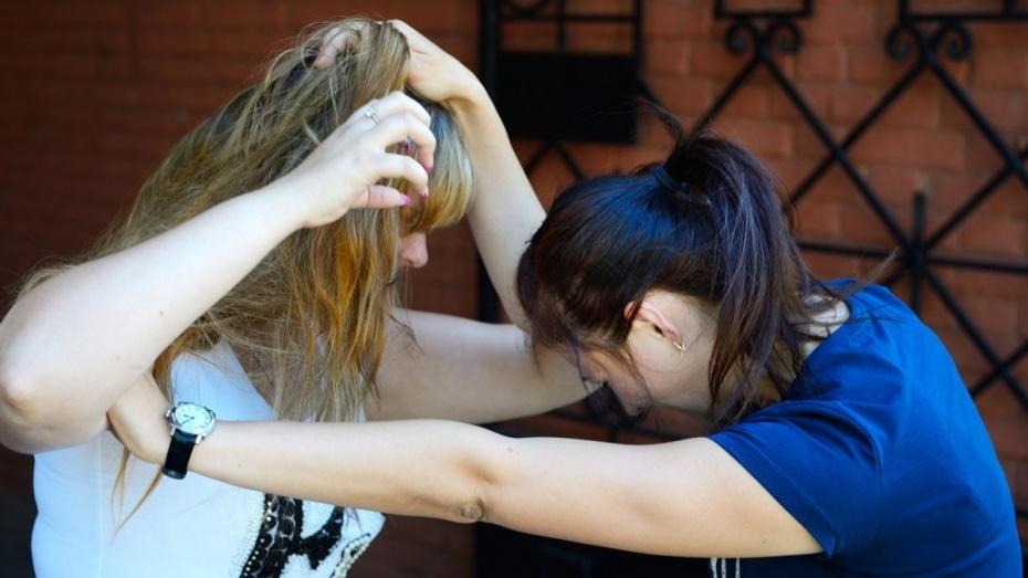 ВВоронежской области две школьницы издевались над знакомой и добивались деньги