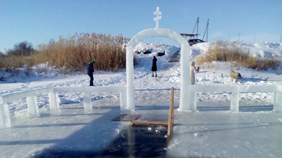 Житель панинского поселка Михайловский вырезал на пруду ледяные скульптуры