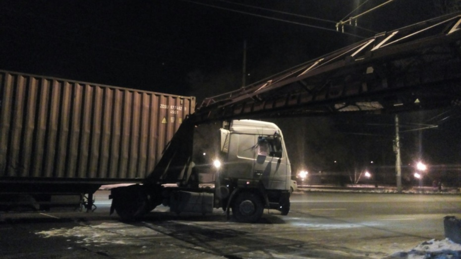 Размещено видео столкновения грузового автомобиля ижелезнодорожного крана вВоронеже