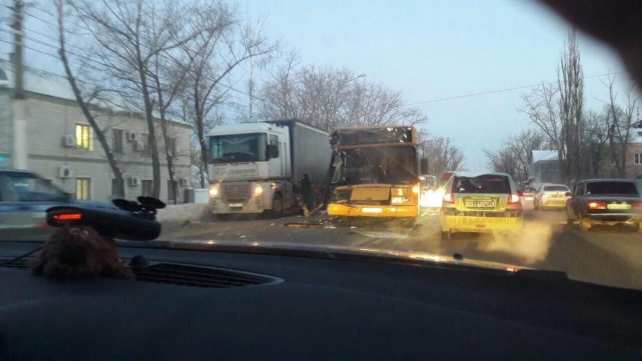 ДТП с пассажирским автобусом и фурой в Воронеже спровоцировало пробку