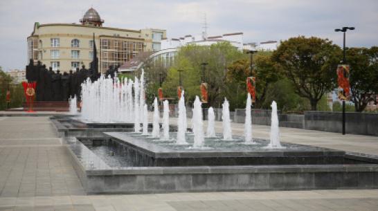 В Воронеже показали вечернюю подсветку фонтанов на площади Победы