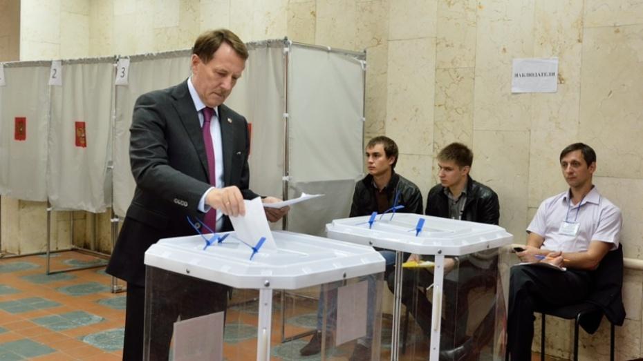 Воронежский губернатор проголосовал на выборах-2015