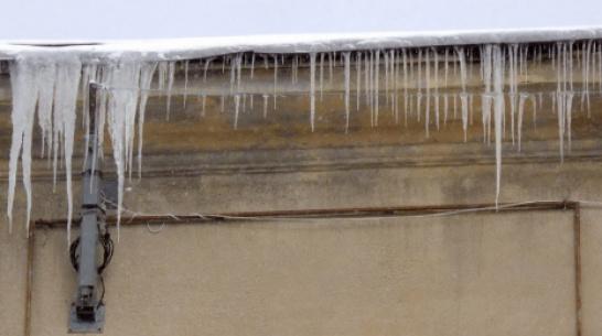 Очевидцы: в Воронеже глыба льда упала на голову девушке