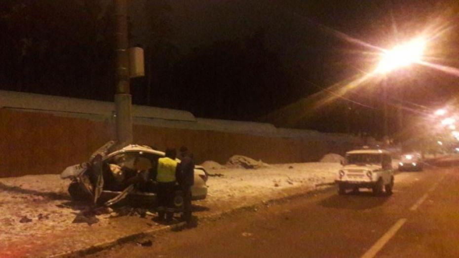 ВВоронеже таксист умер, протаранив столб— пассажир в клинике