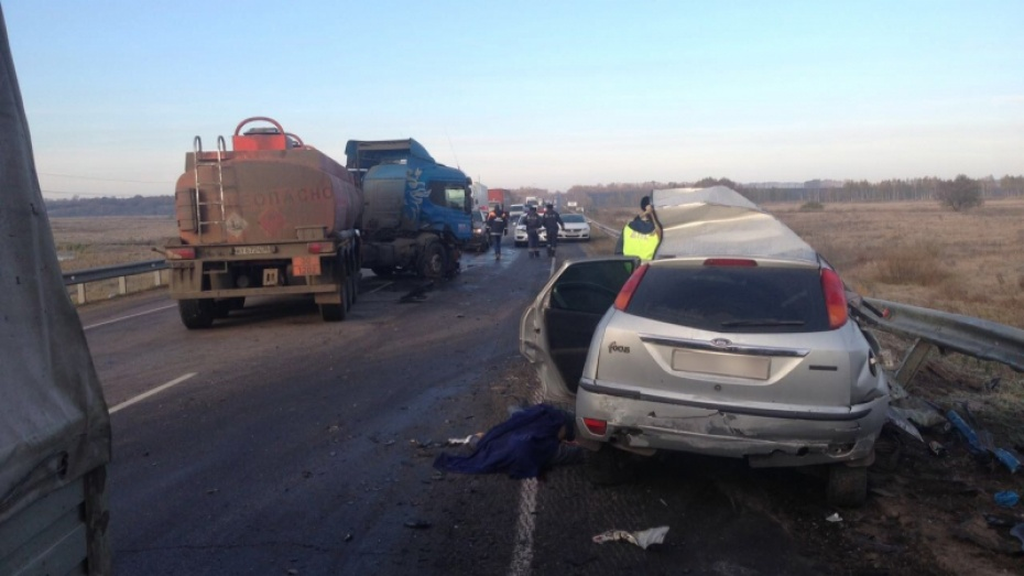 Под Воронежем при столкновении Форд сбензовозом умер мужчина