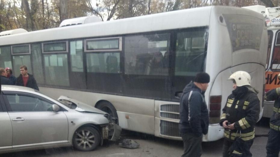 Воронежец попал в больницу после столкновения маршрутки №90 и иномарки