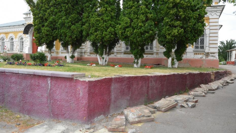 В Богучаре вандалы в центре города отломали 20 бордюрных плит