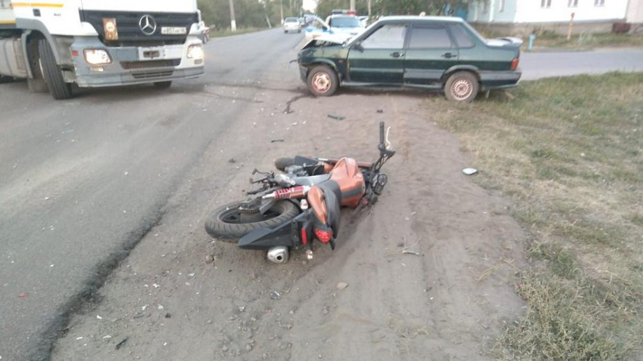 В Борисоглебске иномарку после столкновения с ВАЗ-2115 отбросило на 17-летнего мотоциклиста