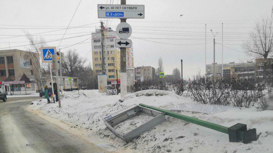 В центре Павловска информационное табло упало на проезжую часть