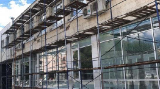 В центре Воронежа ветер повалил строительные леса: пострадали 2 человека