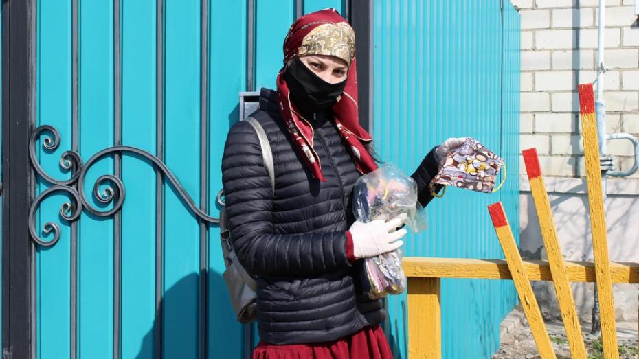 В Таловой многодетная мать бесплатно шьет маски для земляков