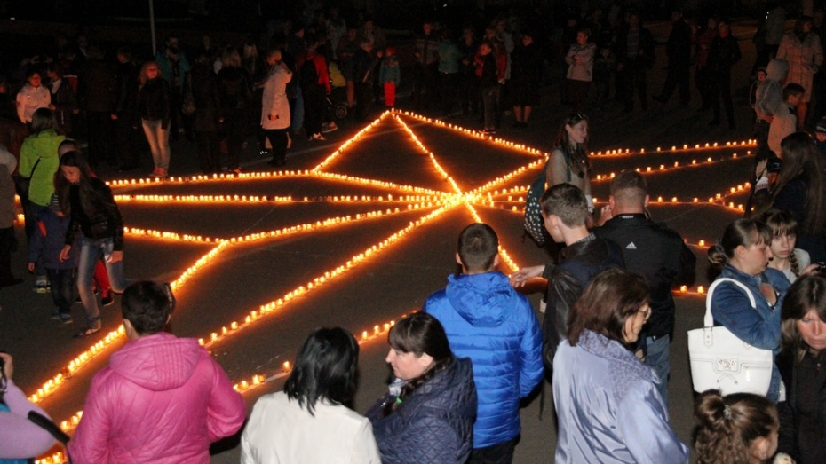 Богучарцы зажгли «Звезду Памяти» из 1418 свечей
