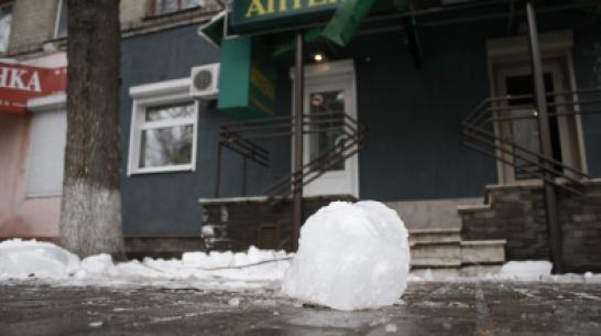 В Воронеже снежные глыбы за день травмировали 2 человек