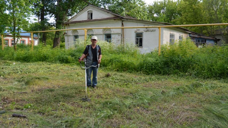 Житель россошанского села Александровка привел в порядок территорию возле старинного имения