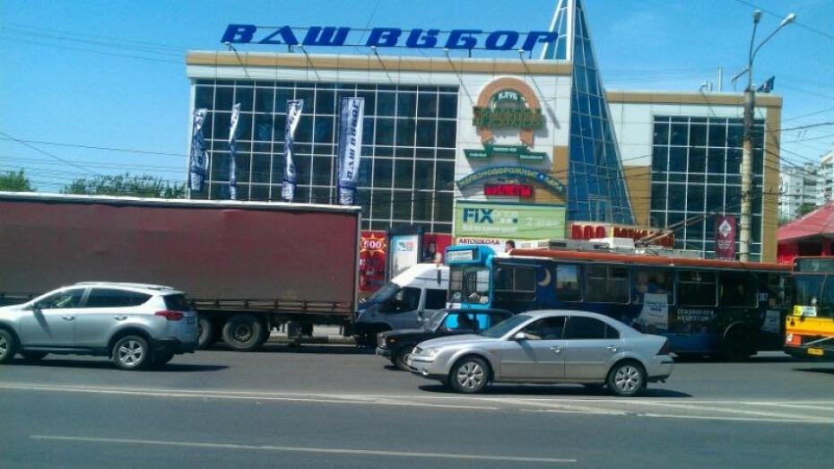 Тройное ДТП в Воронеже сковало движение у Памятника Славы