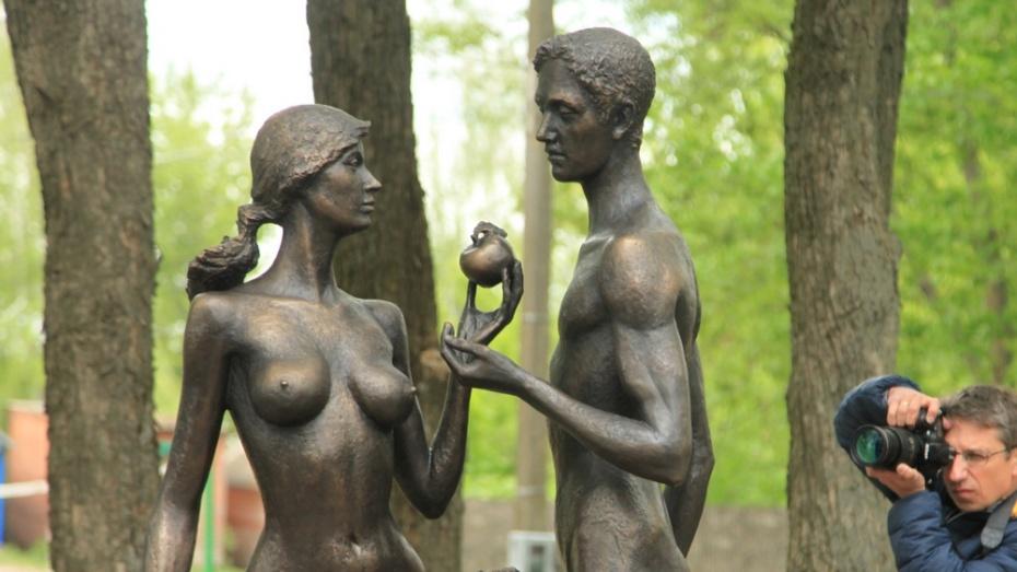 В Воронежской области открыли скульптуру «Ева и Адам с райским яблоком»
