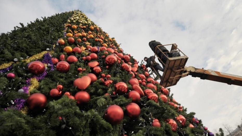 На площади Ленина убирают елку и новогодние декорации