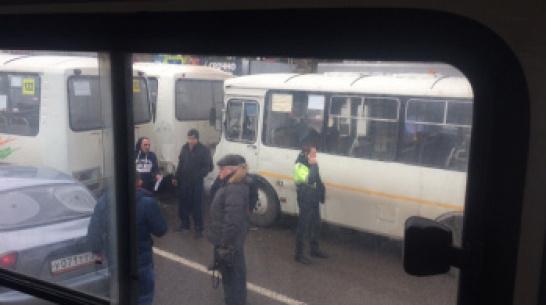 В Воронеже автомобиль столкнулся с 3 автобусами на Ленинском проспекте