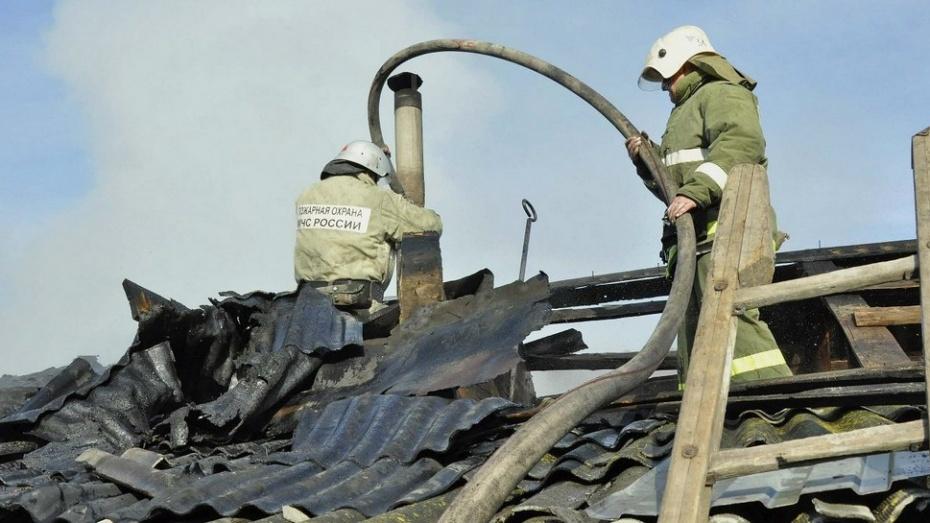 В Павловске в результате пожара лишился кровли жилой дом