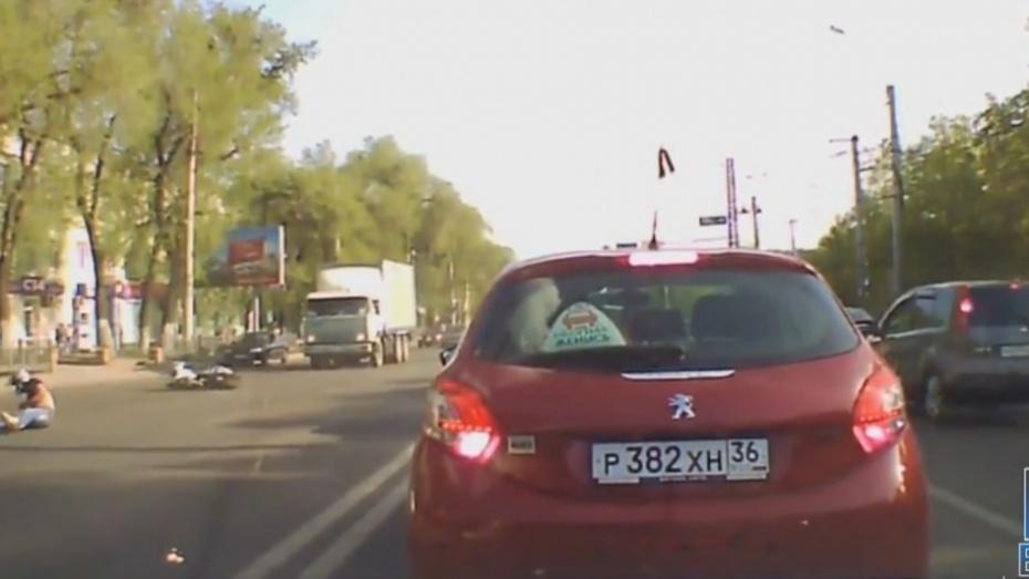 У монумента Славы: вВоронеже выложили видео столкновения мотоциклиста илегковушки