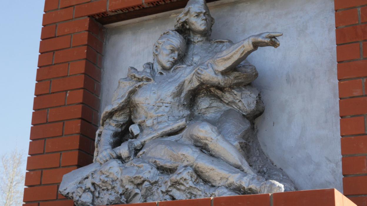 Проект РИА «Воронеж». Где этот памятник? «Раненый воин и медсестра» на братской могиле №49